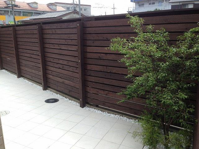 広々シンプルタイルテラス 天然木目隠しフェンス 久留米市