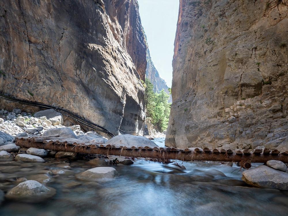Kanjon z reko in brvjo v ospredju
