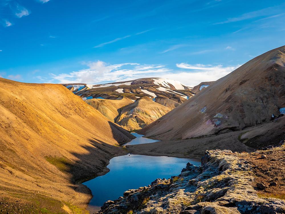 Gorsko jezero obdano z barvnimi hribi
