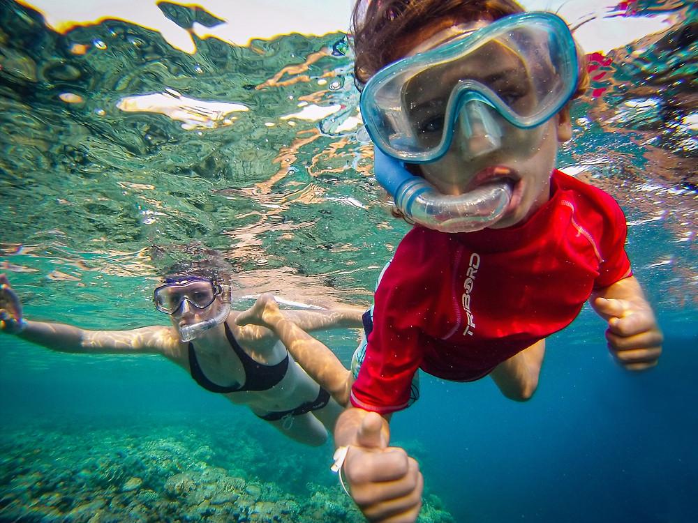 Fantek s potapljaško masko med snorklanjem