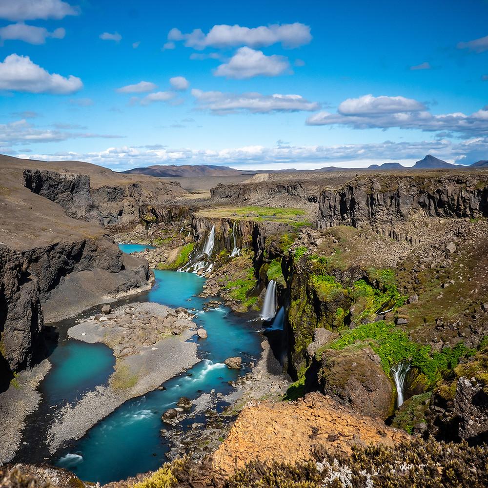 kanjon s slapovi, ki padajo v reko