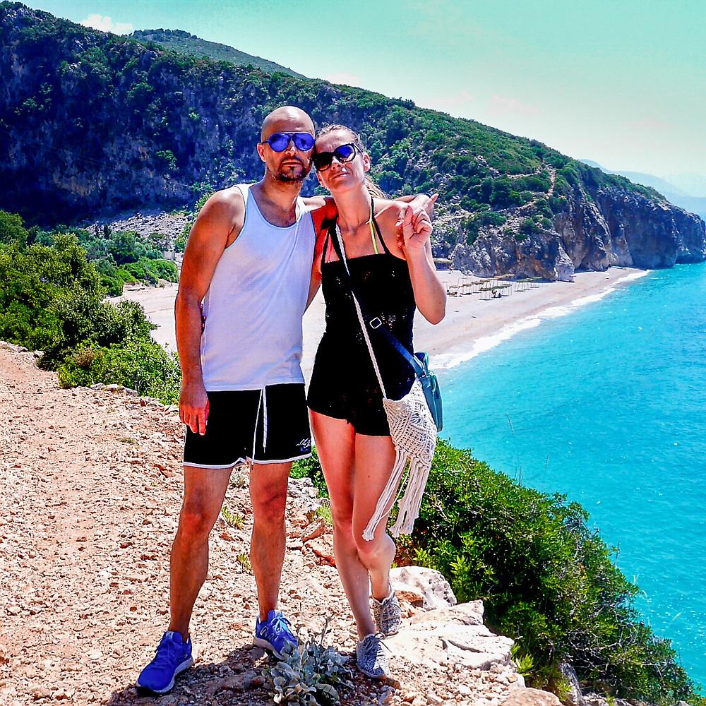 Fant in dekle objeta z plažo Gjipe v ozadju