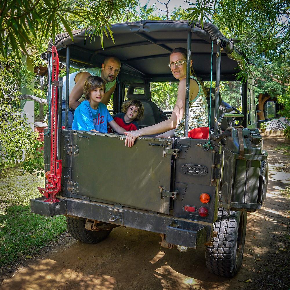 Družina v terenskem vozilu