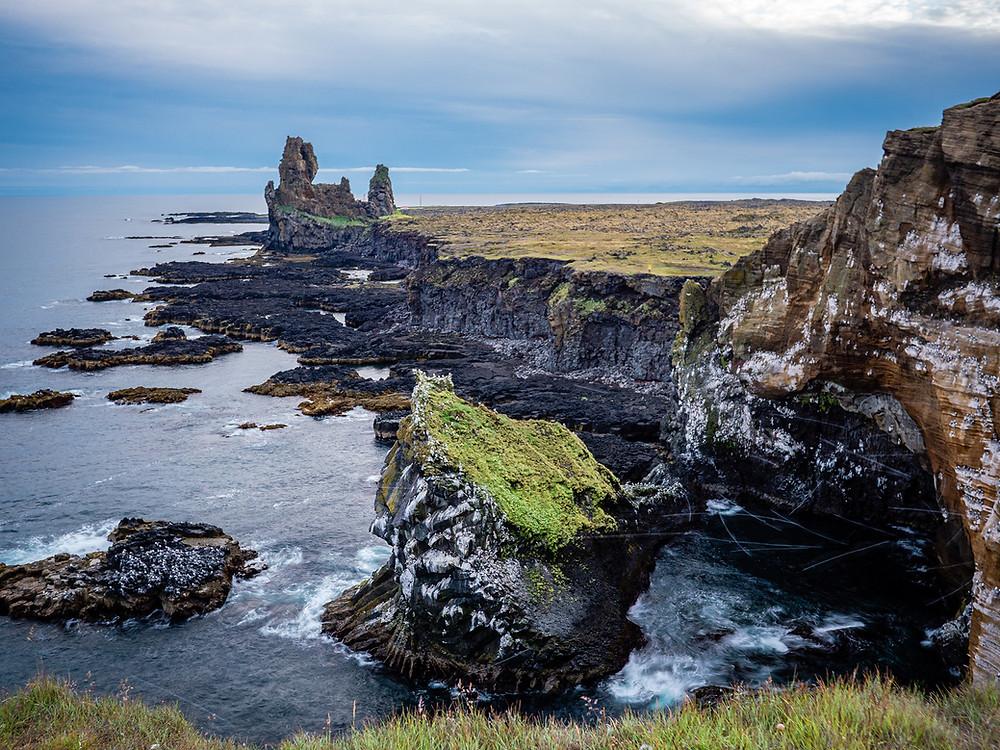 pečine ob morju s kamnitima stolpoma v izteku