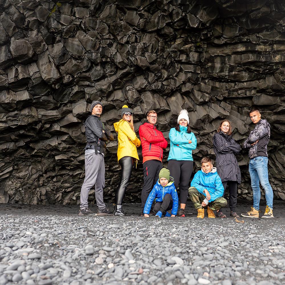 ljudje pred bazaltno črno steno