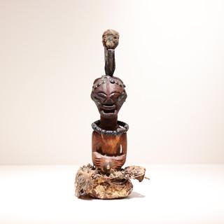 Statue Songye Congo RDC H: Bois, corne animale, métal, perles de verre, fourrure animale Plus d'informations sur demande / More information on request