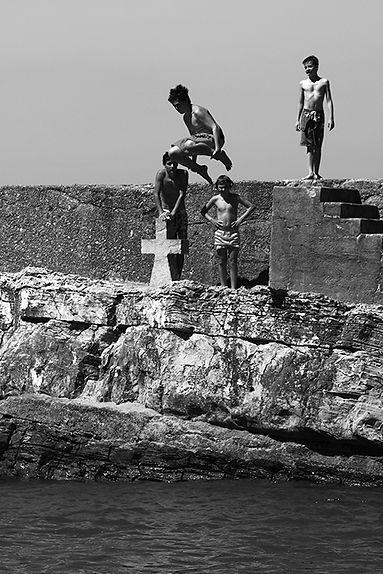 Boys_Port_Guéthary_NB_Light.jpg