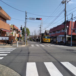 ③つくし野駅前交差点にでます。大通りを直進。