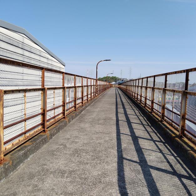 ⑦陸橋を渡りきります。