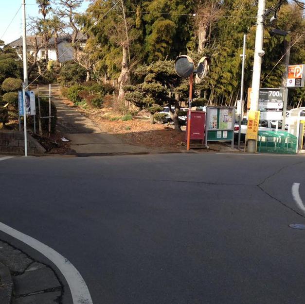 ⑤突き当りを左折、トンネルをくぐらずすぐ右折、東急電鉄の車庫を左手に見ながら道なりに進む  