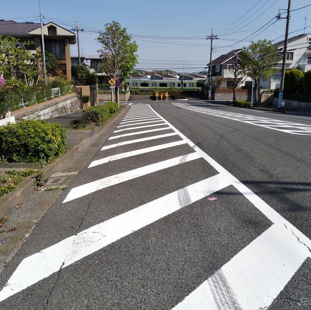 ④横浜線の線路に突当り、左折。