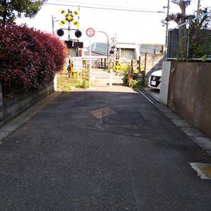 ⑥横浜線の線路を渡ります。