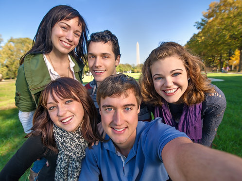 Tourists-Taking-a-Selfie-with-the-Washington-Monument-in-the-Background-Family-In-New-York-Tours