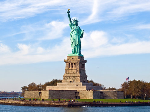 Statue-of-Liberty-Family-in-New-York-Tours