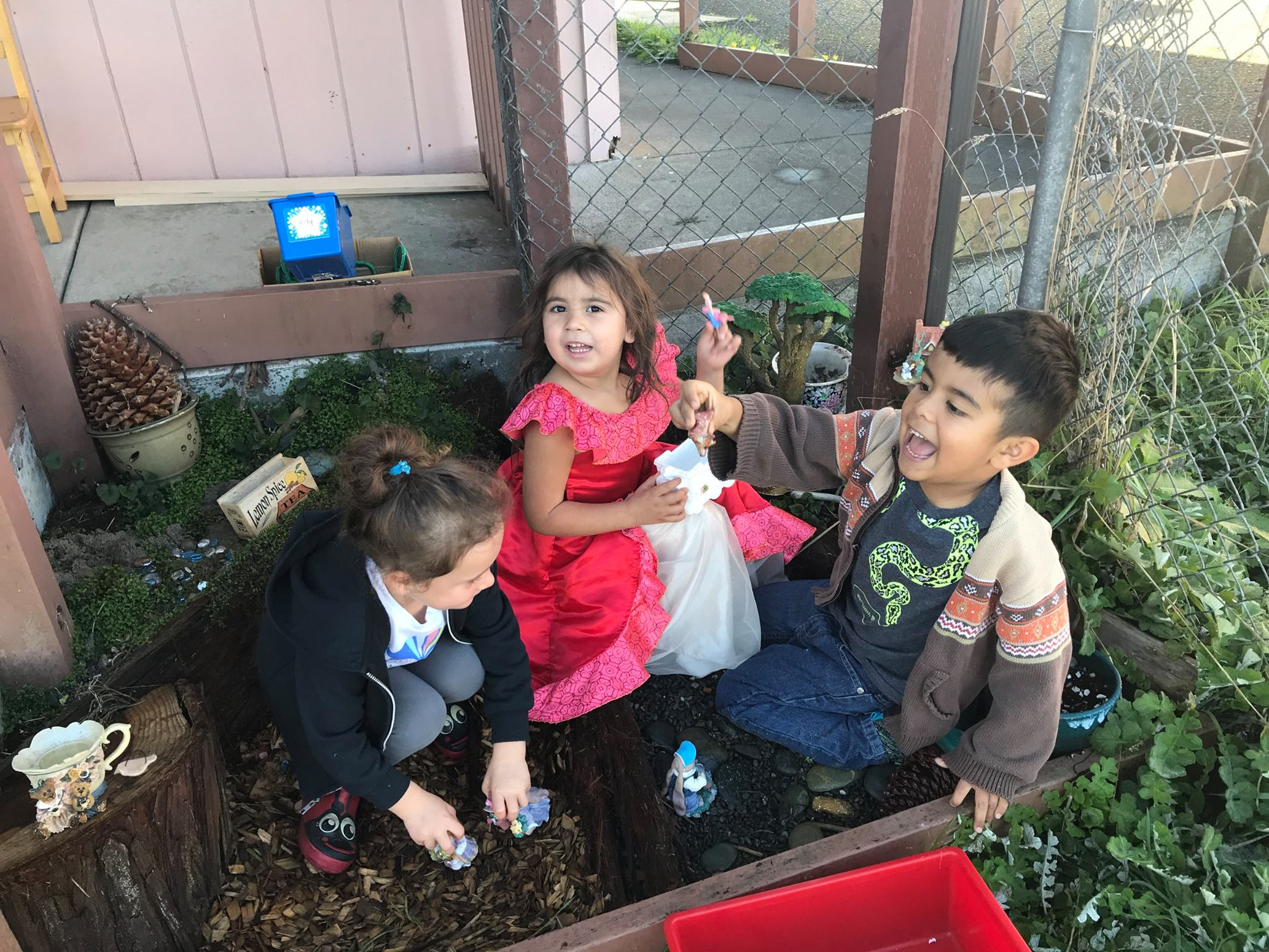Kinders in the fairy garden