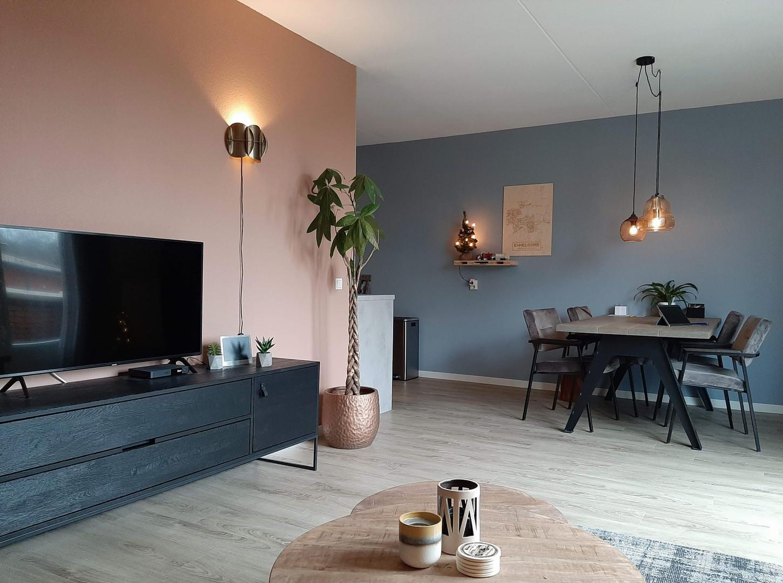 woonkamer blauwe muur industieel en warm