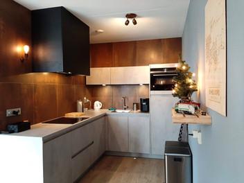 keuken lichtgrijs betonlook en roestkleurige tegels
