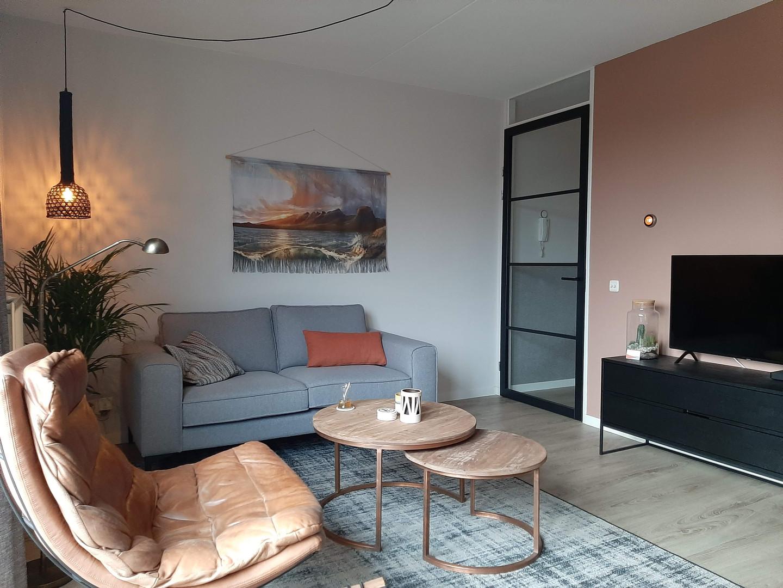 woonkamer terra muur en vintage stoel