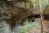 窟に開く鉱山跡