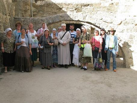 Священник Павел Крысанов и паломники в Вифезде