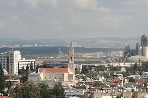 Вид на католическую церковь и город