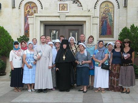 Священник Павел Крысанов и паломники в Горнем монастыре