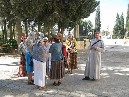 Священник Павел Крысанов и паломники в Спасо-Вознесенском монастыре