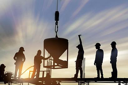 Trabajadores de la construcción al atard