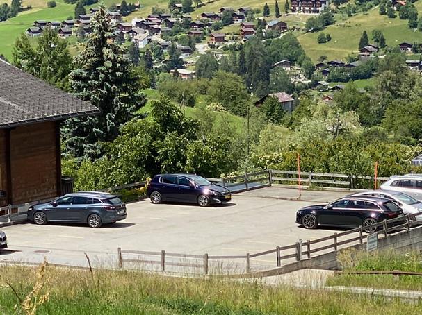 Parkplatz oberhalb der Tiefgarage der Ferienwohnung Ernen4you