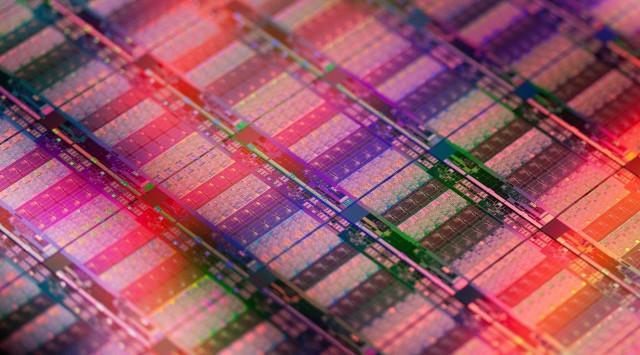 Intel-Xeon-E7-Ivy-Bridge-EX-Die-shot-640x355.jpg