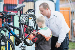 © Straßenkinder e.V. - Fahrradwerkstatt bei Bolle