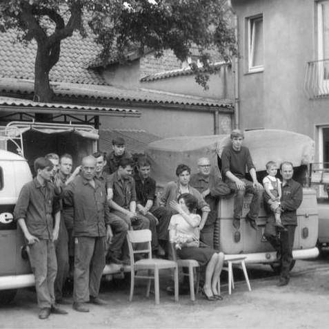 1965: Mitarbeiter und Fuhrpark