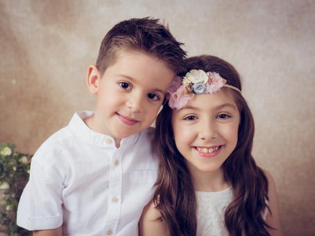 Reportaje de fotos hermanos. Fotografía infantil. Estudio Fotos Torrejón de Ardoz.