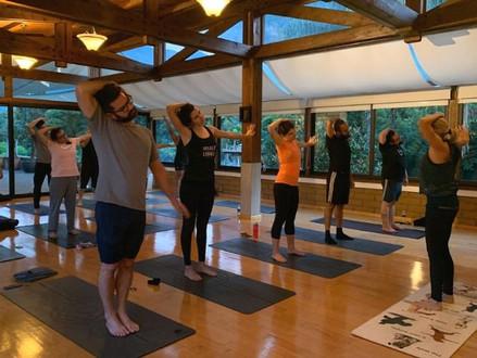 Beneficios físicos y mentales de practicar yoga
