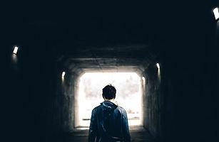 sortir de l'isolement provoqué par une maladie ou un handicap. Apaiser stimuler. Reprendre contact avec le monde extérieur.