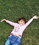 enfant allongé sur l'herbe.jpeg