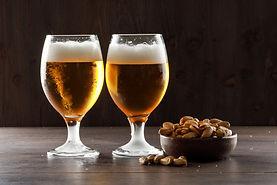 cerveja-espumada-com-pistache-em-copos-d