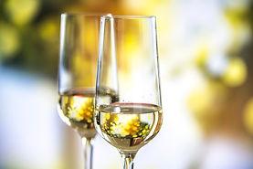 dois-copos-de-vinho-espumante_53876-4236