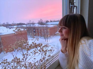 Melania under pink sky