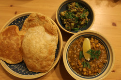 Fritierte Fladen mit würzige Dal und Nepali kartoffen-Mohn Salat