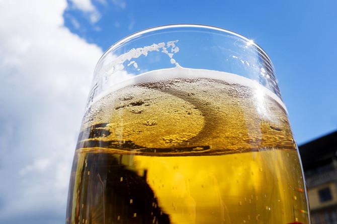 Uteservering med kveldssol slår til med byens laveste ølpriser