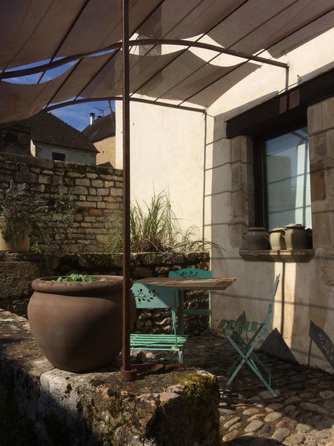 Le Balcon et sa terrasse ombragée