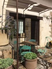 Le charme de la petite terrasse dans la cour du gîte Le Balconterrasse à l_ombre.jpg