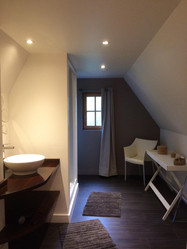 La salle de Bain confortable de la chambre sous les combles du gîte Le Balcon