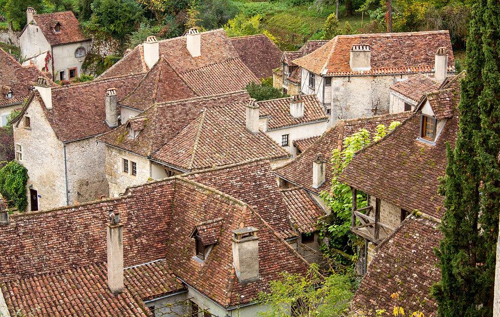 Carennac : Symphonie de vieilles pierres, de tuilles plates et de verdure