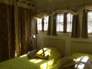 Décoration naturelle et lumineuse de la chambre du rez de chaussée du Balcon