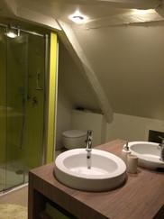 Naturalité et modernité dans la salle de bains tout confort du gîte La Terrasse