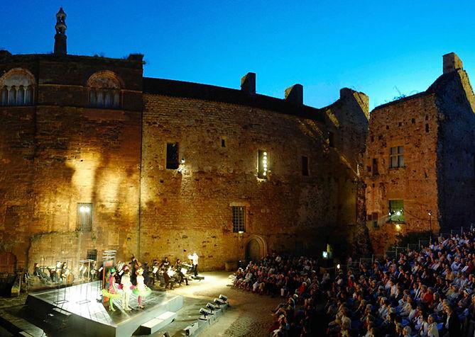 Ecouter un opéra au Château de Castelnau une coupe de champagne à la main en Vallée de La Dordogne