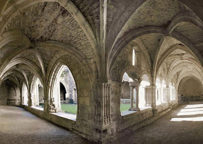 Calme et spiritualité dans le cloître de Carennac en Vallée de la Dordogne