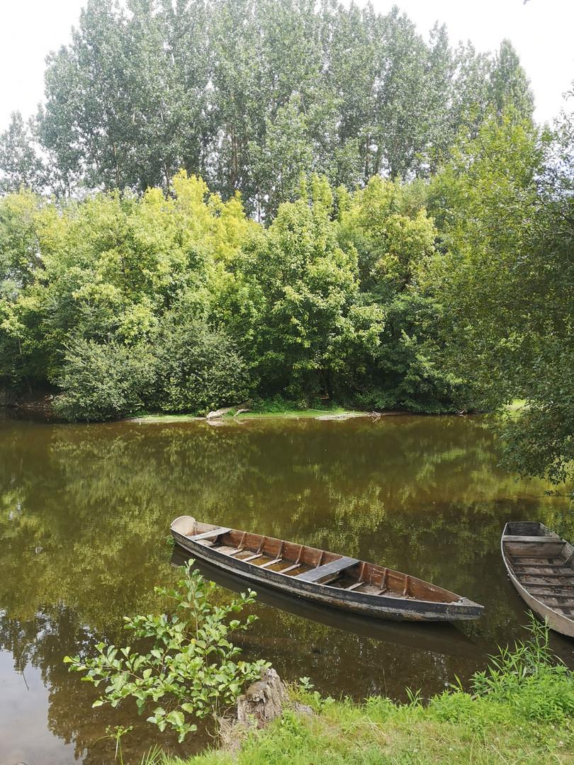 Les barques en bois flottant sur la Dordogne au pied des gîtes des Terrasses de Carennace
